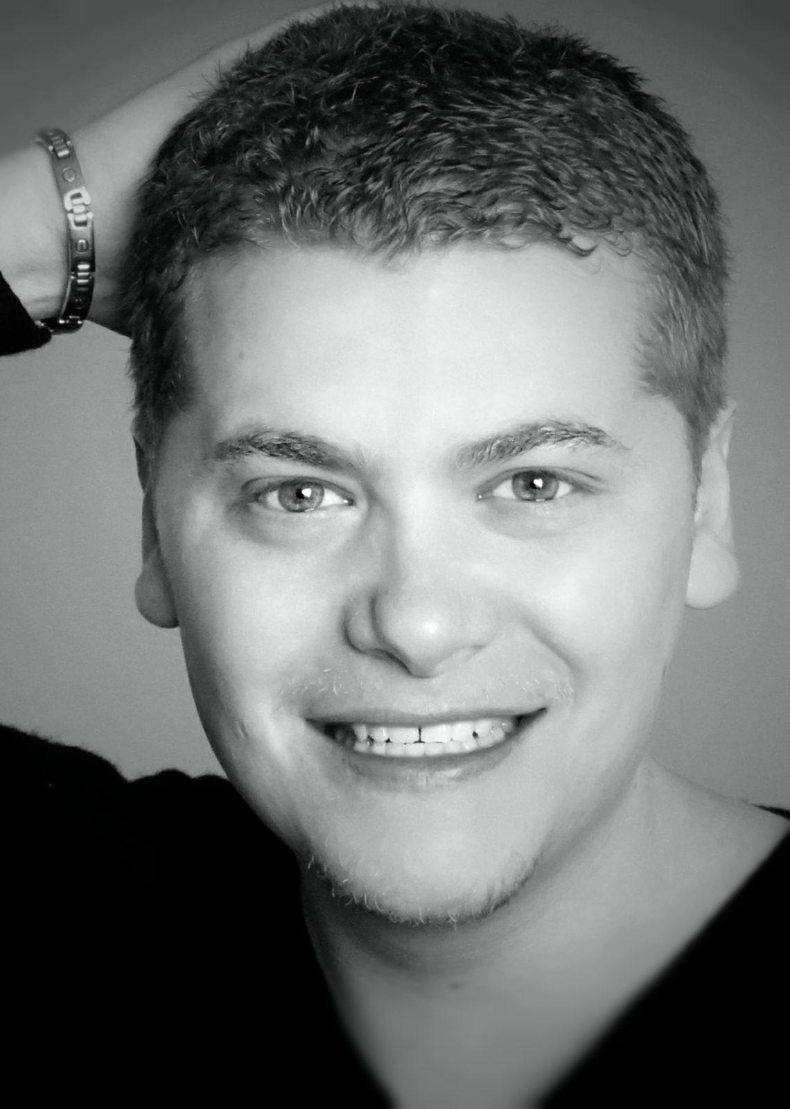 portait en noir et blanc du comédien acteur et voix off Clément Brun